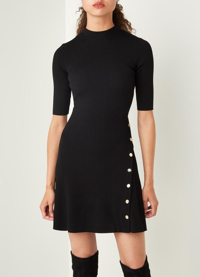 maje roseo kleines schwarzes kleid mit dekorativen knöpfen und tiefem  rollkragenpullover